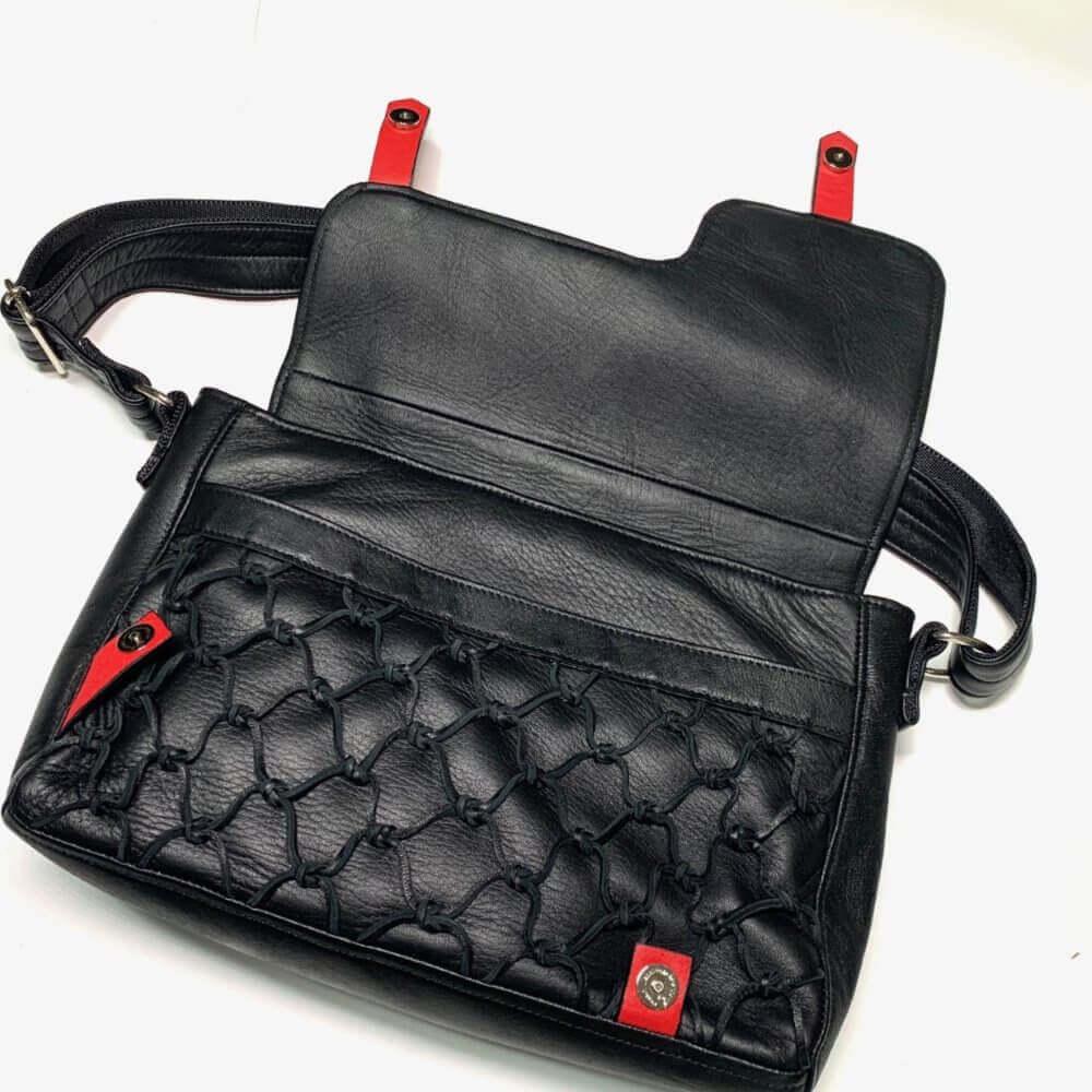 鹿革のレザレクションのショルダーバッグ黒、開いた画像