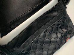 鹿革のレザレクションのショルダーバッグ黒、ノートパソコンを入れた画像