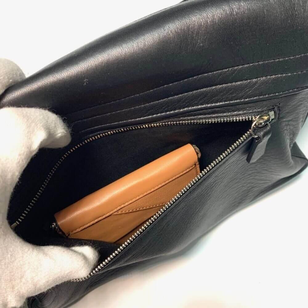 レザレクションのショルダーバッグ黒の裏側ポケット