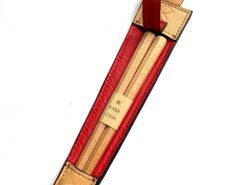 レザレクションの鹿革箸ケース-ベージュ×紅の箸