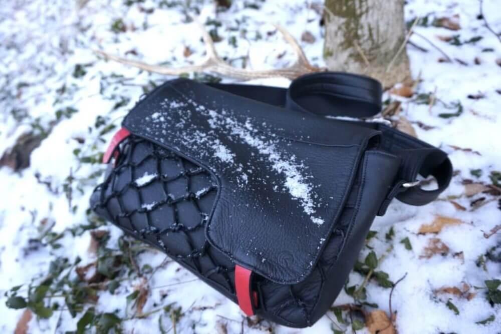 雪の中のバッグ