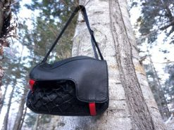 ショルダーバッグ黒(木にひっかけている)