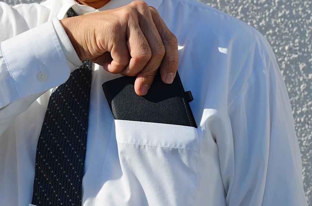 レザレクション鹿革二つ折り財布はポケットに入るサイズ