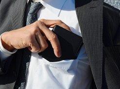 胸ポケットにも入る鹿革二つ折り財布